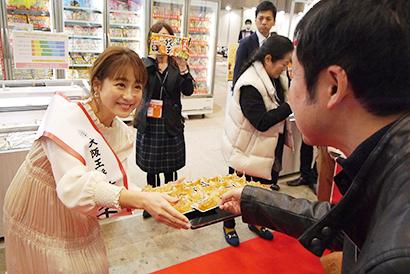 鈴木奈々が自ら来場者に試食を勧めた