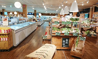 ナチュレ片山では自然栽培のコメや野菜、厳選された素材を使った惣菜やスイーツ、全国の銘酒などを提案