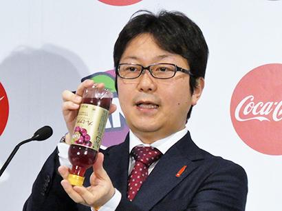 「ゆっくり回してから飲むとおいしい」と飲み方を説明する島岡芳和日本コカ・コーラ炭酸&エナジーカテゴリーバイスプレジデント