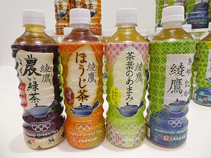 「綾鷹 和柄デザインボトル」左端が新発売の「濃い緑茶」