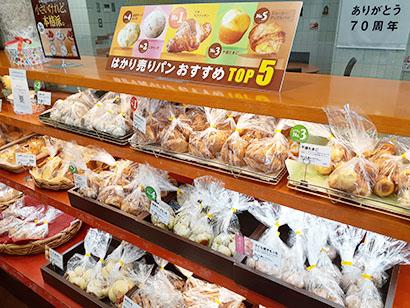 店頭では、人気の量り売りパンを袋入りにした