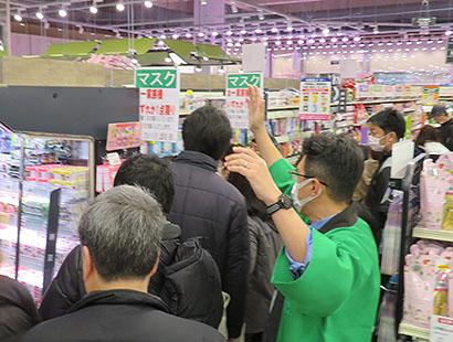開店時に真っ先にマスクを買い求める来店客。食品は安定供給に努める