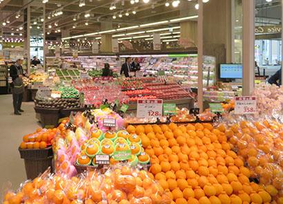 2月の売上げは大幅に前年を上回ったものの、感染への緊張が続く食品スーパー