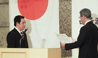 表彰される白牡丹酒造の渡辺良文杜氏(左)