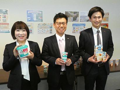 左から小笠原千春マネージャー、大久保正孝事業戦略部長、加藤貴義係長