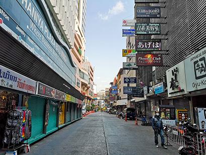 ほとんどの飲食店が閉まったタニヤ通り=3月27日、バンコクで小堀写す