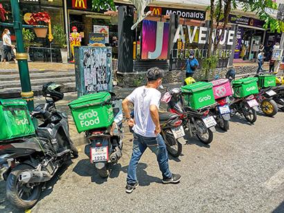 飲食店の営業の中心が宅配となったことでバイク配送業者の需要が高まっている=同