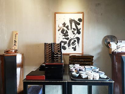 人気飲食店「ケンジズ・ラボ」で使用されている再利用可能な食器類=3月31日、バンコクで小堀写す