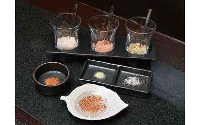 キラリと光る名脇役:「天ぷら いちば」 つけ塩各種 味を広げる多彩な塩