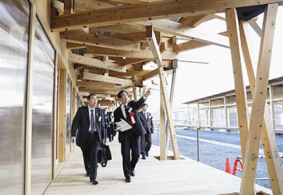 """""""木材活用リレー""""に参加して建築木材を貸与した自治体関係者ら"""