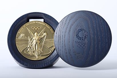 再生利用の希少金属で製作した東京2020大会の金メダルとケース
