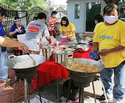 TVタレントのシリポーンさんの実家では毎日食事の提供を続けている。「パッタイ」が人気だとか=提供写真