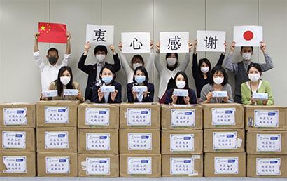国薬国際から届いたマスクに、感謝の意を表明するファンケル社員