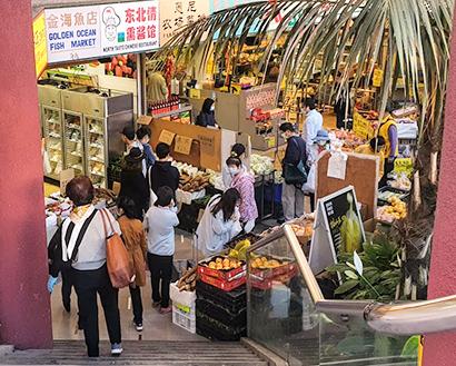 11日、シドニー近郊のアジア系スーパー。豪では1.5mのソーシャル・ディスタンスの順守に厳しく、こうした混雑はまれ