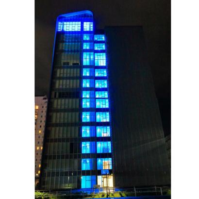 ブルボン、本社ビルをブルーライトアップ