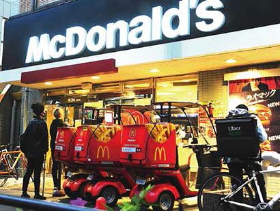 マクドナルドは自社店舗車両を増強するほかウーバイーツとも提携してデリバリー販売を強化