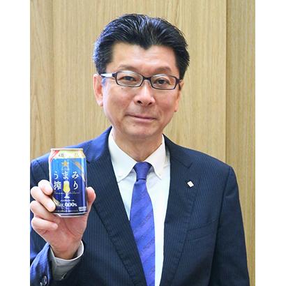 サッポロビールが6月に投入する「うまみ搾り」を手にする野瀬裕之マーケティング本部長