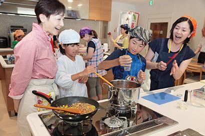 さまざまなアレンジレシピに親子で挑戦する長野興農「なめ茸をめぐる親子工場見学ツアー」の料理教室(18年8月)