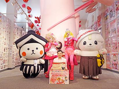 写真後列左から栃木市のキャラクター「とち介」、レ・ロマネスクの二人(右がTOBI)、佐野市のキャラクター「さのまる」。前列は岩下和了社長