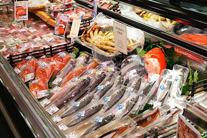 地元産を揃えた鮮魚売場(藤枝駅南店)