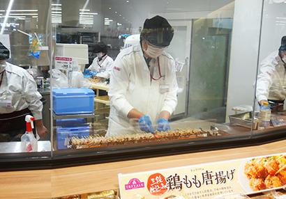 三重県の四日市泊店では調理現場が見える店内焼き上げの焼き鳥を販売