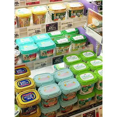 ヨーグルト売場では豆乳やアーモンドミルクを原料にした商品が目立つ