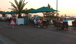 屋外テラスを広々と活用…オランダの飲食店での新型コロナ感染防止策