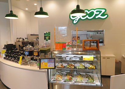 カウンターでは対面販売の惣菜やドリンク、クラフトビール、ソフトクリームなども購入できる