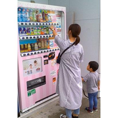 ダイドードリンコなど3社、紙おむつも買える飲料自販機を設置 子育て世代を応援