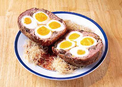 ナイフで割ると中にはゆで卵が4つも。ブツ切りにした砂肝も入れて肉の食感を高めている点もポイントだ