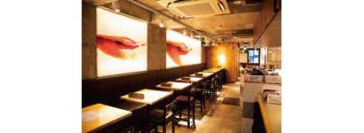 ファッショナブルなアートで洗練された空間。オープンキッチンで調理のライブ感と活気を演出している