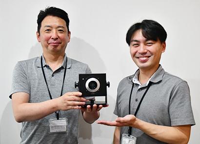 「Evasi(エバジー)」を手に藤井誠社長(左)と弓場明浩取締役