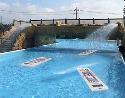 揖保乃糸、浮輪でそうめん気分 東京サマーランドの流れるプールで