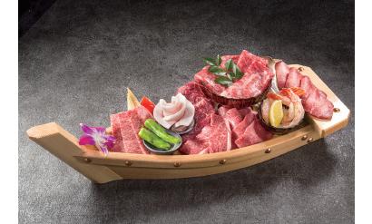 東京船盛 1万800円(税抜き)4人前の各種肉を盛り合わせた、同店の名物メニュー。肉もこのように舟盛りで提供すると、気分がアガる