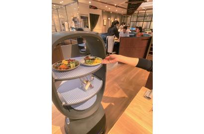 話題の店WATCH:配膳ロボットが活躍するWithコロナの新レストラン