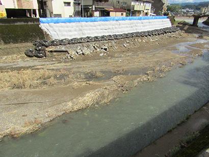 決壊が起きた部分に設置された仮堤防(人吉市)