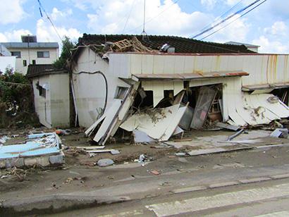 倒壊した家屋(人吉市)