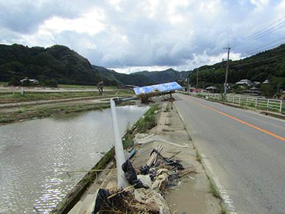 大きく傾いた道路標識(球磨村)