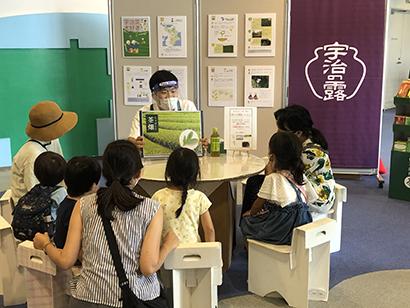 クイズ形式の紙芝居で楽しくお茶の世界を学ぶ子どもたち