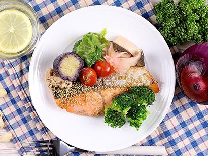 低糖質な冷凍メニューセット。写真は鮭のごま風味焼きのほか、副菜3品が付く