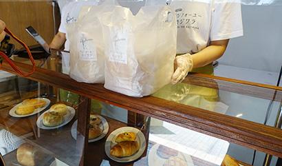 食パン、バゲット、菓子パンなどを揃える