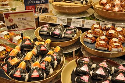 店内で炊き上げた新潟県産コシヒカリを使った手作りおにぎり