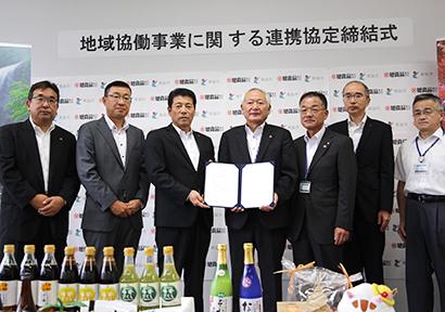 槇山勝則取締役四国支社長(左から3人目)と加藤章市長(同4人目)ら