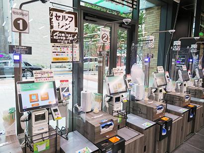 小型店の「サミットストア神田スクエア店」ではセルフレジで省スペース化と利便性を実現。接触機会も減らしコロナ対応にもつながる