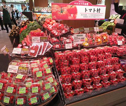 内食拡大で好調な青果など生鮮品は集合陳列や関連販売がポイント。売場は「マルエツ横浜最戸店」