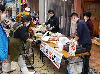 業務用卸の岡山フードサービスは4月、一般消費者向けに食材を販売する「青空市場」を開催。コロナ逆手に地域還元と商品在庫の流通確保に挑む初の試みを見せた