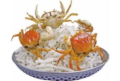 スマホでパシャパシャ撮られる料理:活沢ガニの唐揚げ 岩に群がるカニで一杯