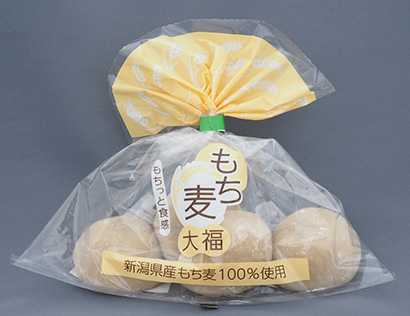 手軽に買える価格実現のためパッケージを簡素化し、中身のおいしさにこだわった「もち麦大福」(4個入り197円)
