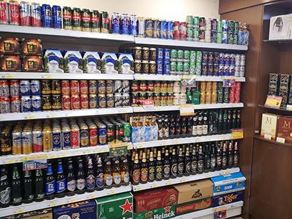 最大都市ヤンゴン市内のビール売場。ミャンマーではビールの輸入が禁じられているうえに、酒類には60%の消費税が課される=今年2月、小堀写す