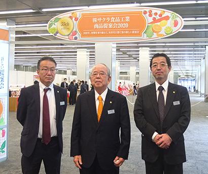 写真右から佐々木栄一社長、佐々木忠教会長、箭内勝義副社長